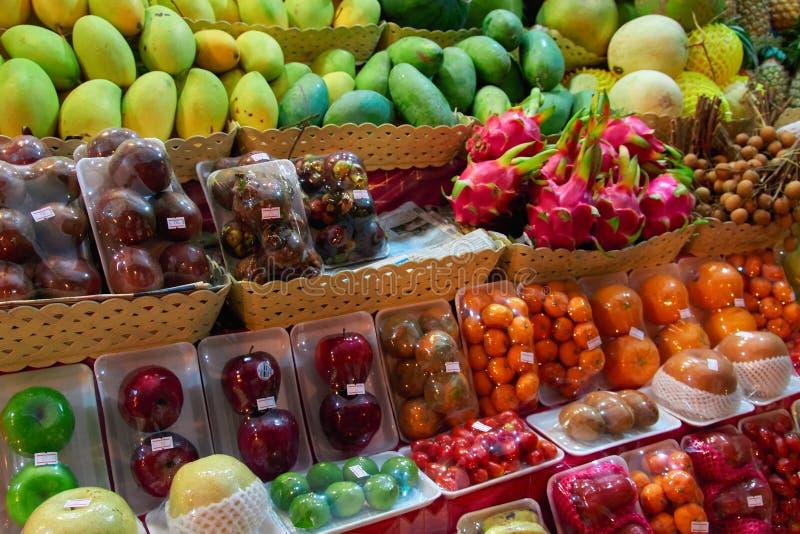 Vendedor asiático da noite da rua do mercado do alimento do conceito dos frutos Frutas tropicais exóticas imagem de stock royalty free