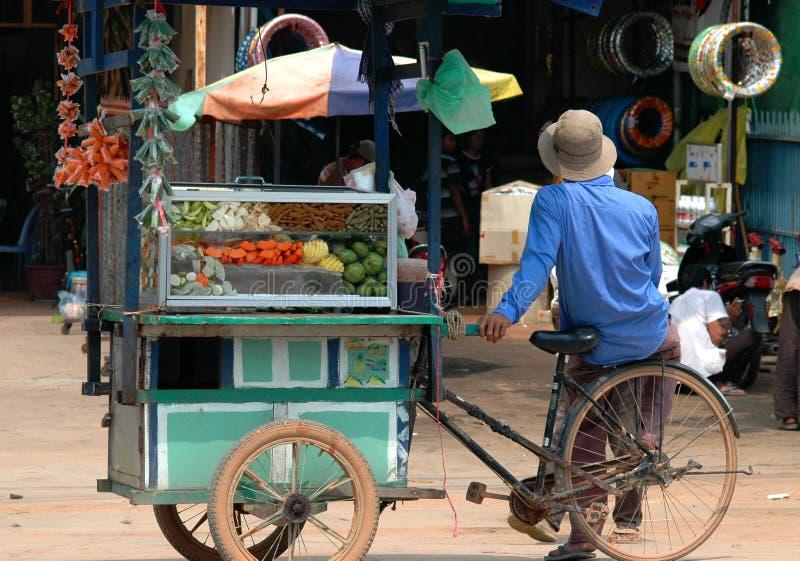 Vendedor camboyano de la fruta imagenes de archivo