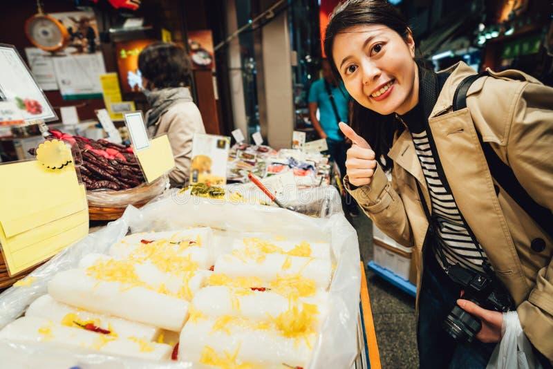 Vendedor cercano del Backpacker con sonrisa y el pulgar para arriba imagenes de archivo