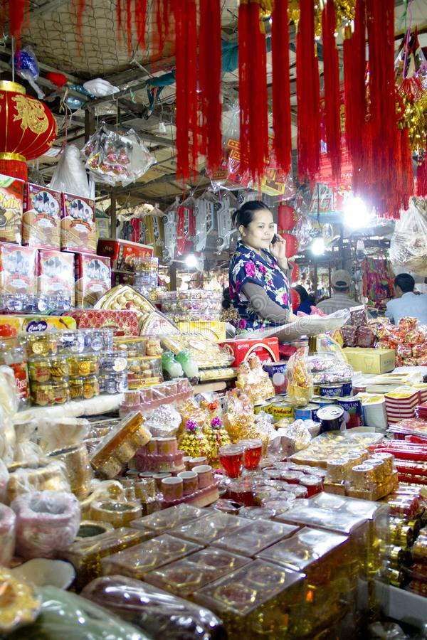 Vendedor chinês do material das orações no mercado molhado, Siem Reap, Camboja fotografia de stock royalty free