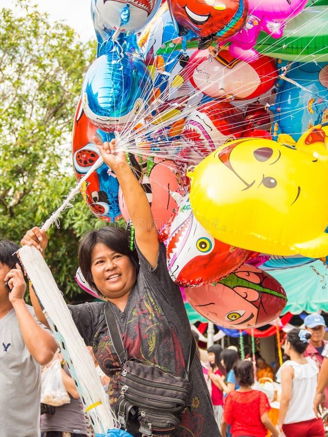 Vendedor colorido do ballon em Tak Bat Devo Festival, Uthaithani, Tailândia 2013 imagem de stock royalty free