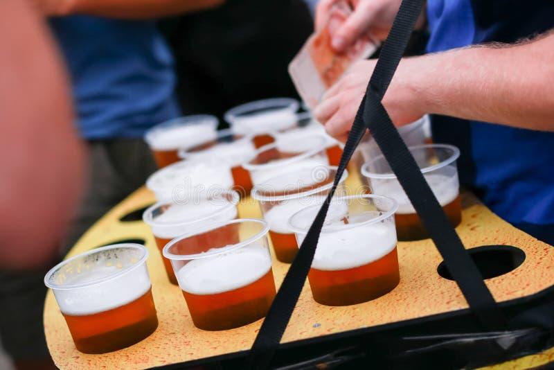 Vendedor com grupo de cervejas de esboço foto de stock