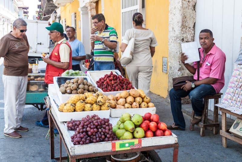 Vendedor con el carro de la fruta fotos de archivo