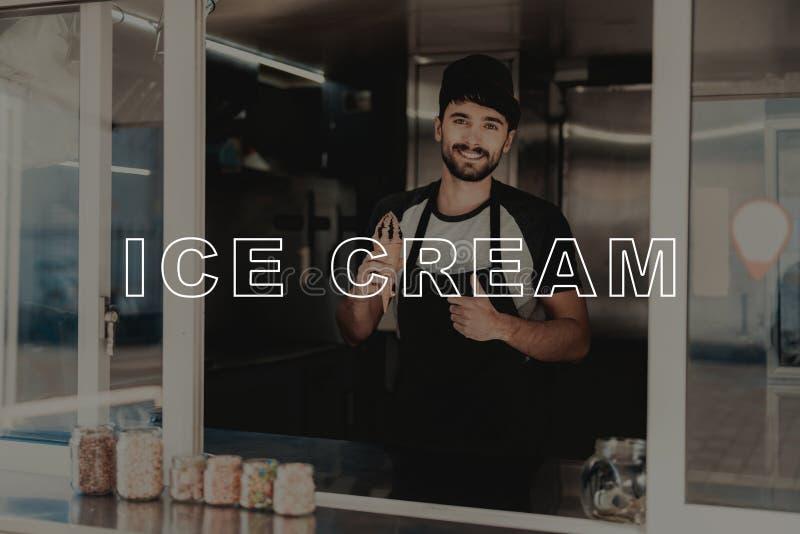 Vendedor con los soportes del helado en el camión de la comida imágenes de archivo libres de regalías
