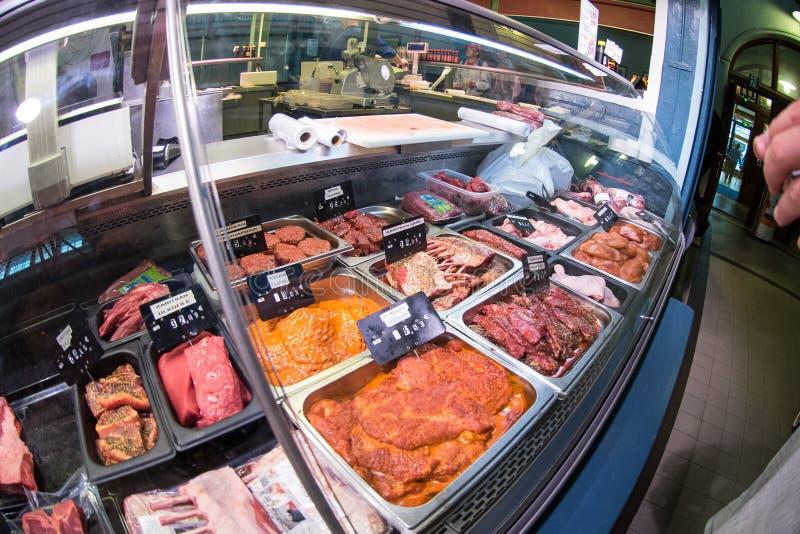 Vendedor da carne em Tampere Kauppahalli imagens de stock