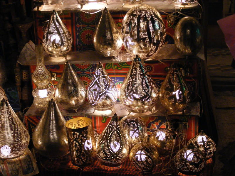 Vendedor da loja que vende as lâmpadas de cobre no mercado do souq do khalili do EL de khan de Egito o Cairo foto de stock