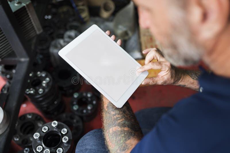 Vendedor da reparação de automóveis que verifica o conceito da tabuleta foto de stock royalty free