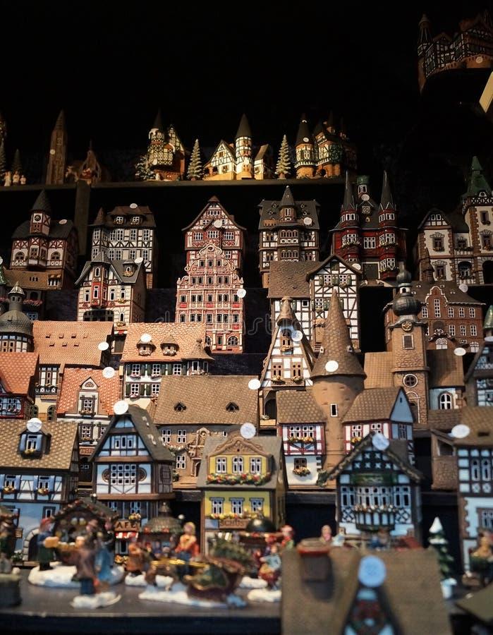 Vendedor da vila do Natal no mercado do Natal imagem de stock