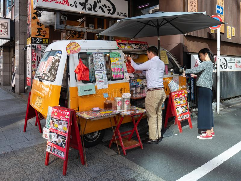 Vendedor de alimento do carro na área de Shibadaimon imagem de stock royalty free