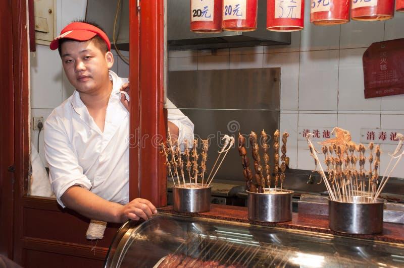 Vendedor de alimento do mar da rua de Beijing China, escorpião imagem de stock royalty free