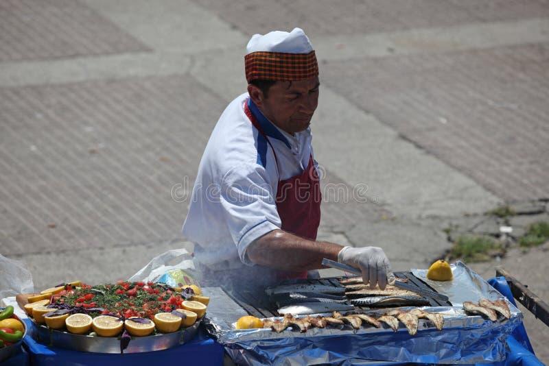 Vendedor de Balik Ekmek, Istambul foto de stock