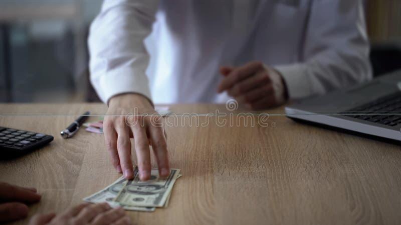 Vendedor de banco que da los dólares del cliente, servicio de intercambio de dinero, moneda extranjera imágenes de archivo libres de regalías