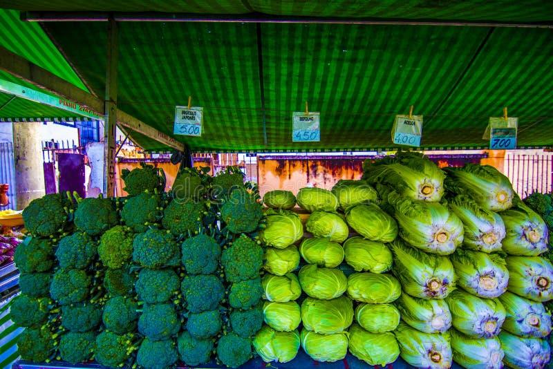 Vendedor de brócoli en el mercado público de Sao José dos campos Brasil foto de archivo