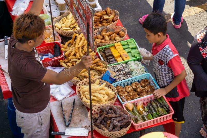 Vendedor de comida callejera vendiendo comida en el mercado Kota Kinabalu fotografía de archivo