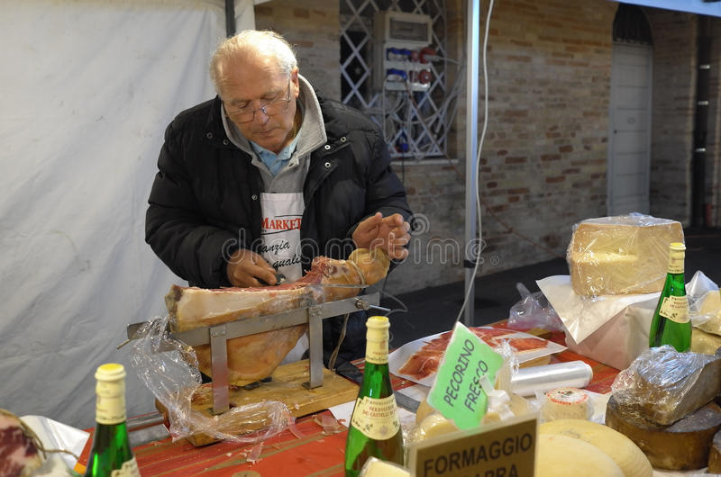 Vendedor de cortes frios italianos fotografia de stock royalty free