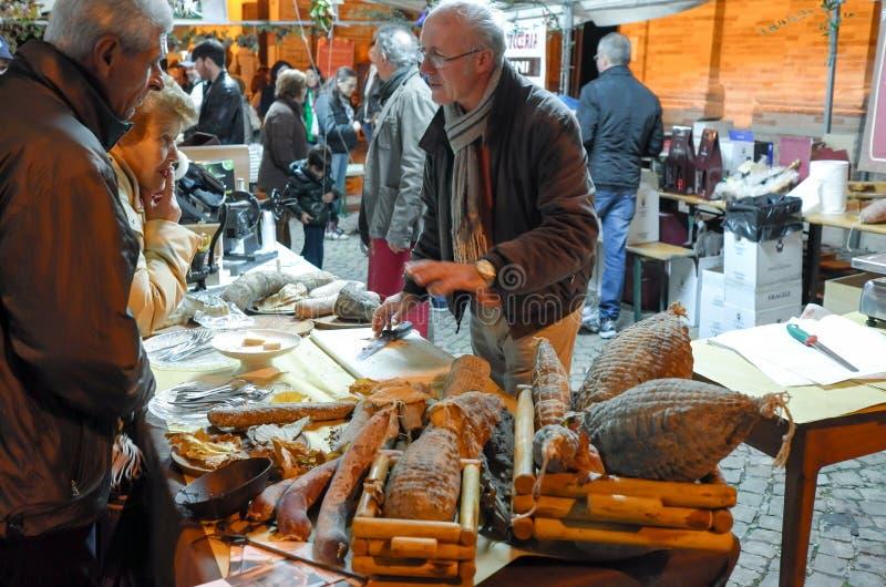 Vendedor de cortes frios italianos fotografia de stock