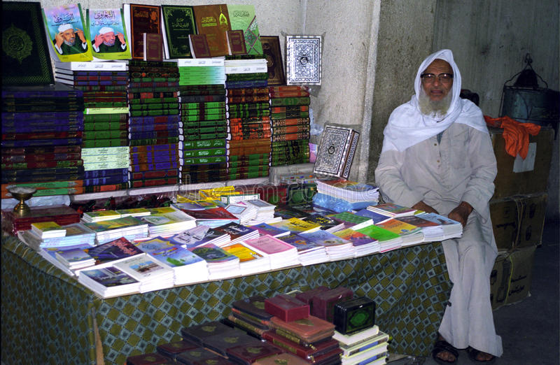 Vendedor de Koran, o Cairo. Egipto foto de stock