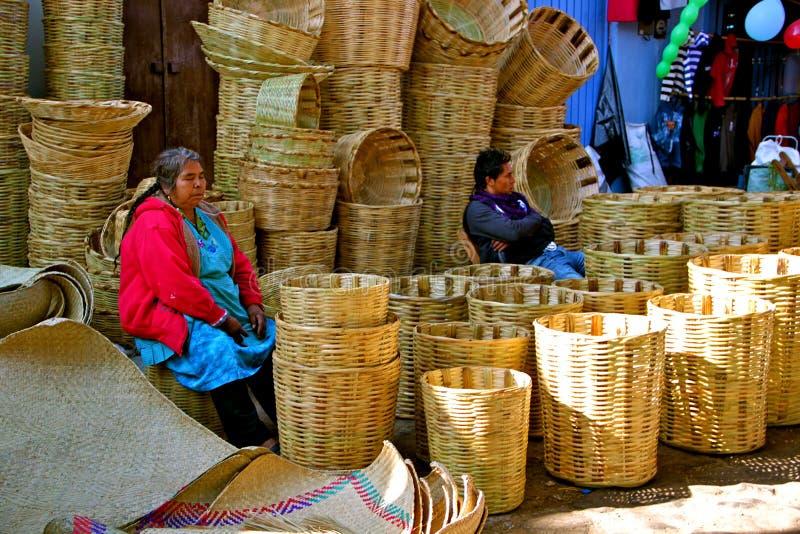 Vendedor de la cesta en mercado mexicano fotos de archivo