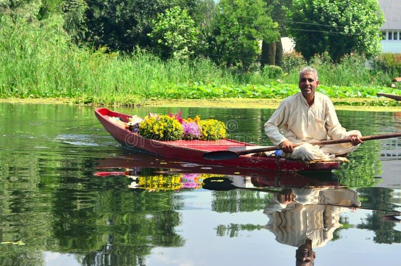 Vendedor de la flor en un shikara en Srinagar, Cachemira, la India imagen de archivo