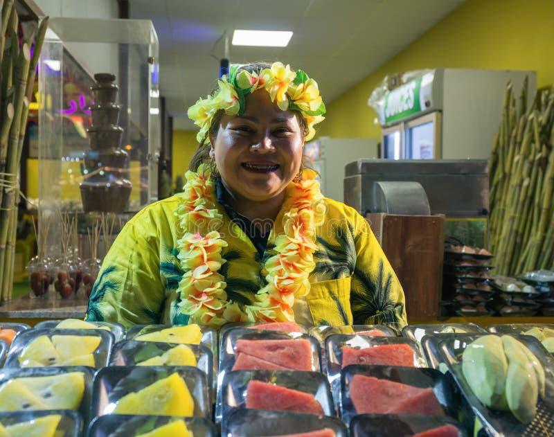 Vendedor de la fruta en el pueblo global del centro de entretenimiento del parque fotografía de archivo