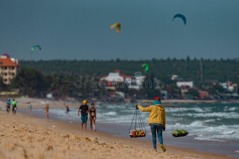 Vendedor de la fruta en la playa foto de archivo