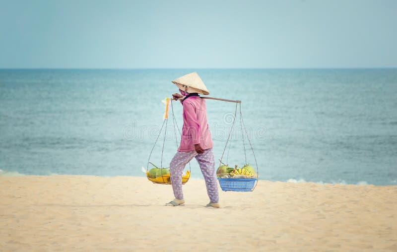 Vendedor de la fruta en la playa imagen de archivo