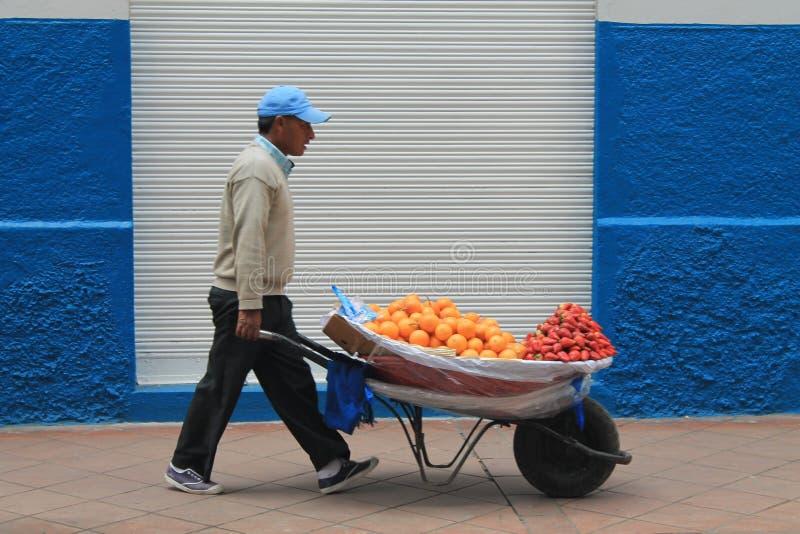 Vendedor de la fruta en una calle en Cuenca, Ecuador fotografía de archivo