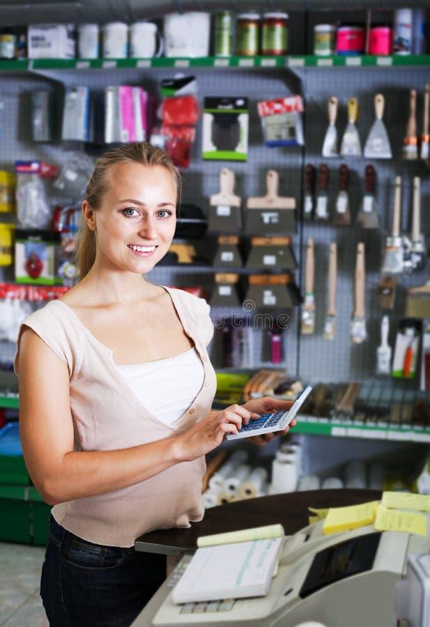 Vendedor de la mujer en tienda del hogar fotos de archivo