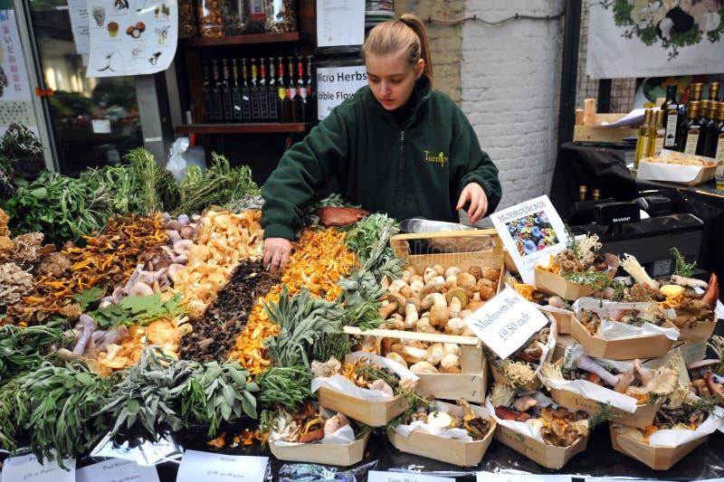 Vendedor de la seta en el mercado de la ciudad en Londres, Reino Unido foto de archivo