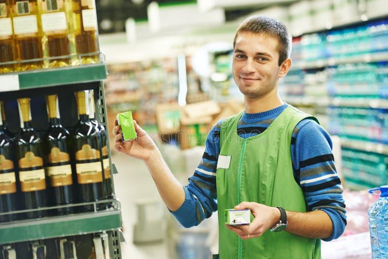 Vendedor de las compras en supermercado imágenes de archivo libres de regalías