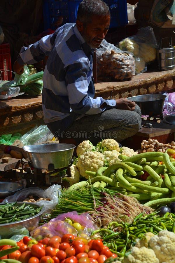 Vendedor de las verduras en el mercado local Jaisalmer Rajasthán La India imagen de archivo