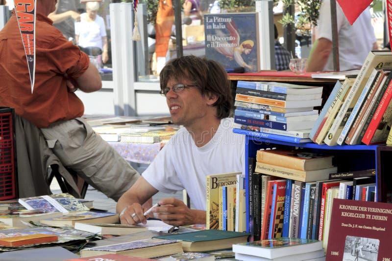 Vendedor de livro no mercado foto de stock royalty free