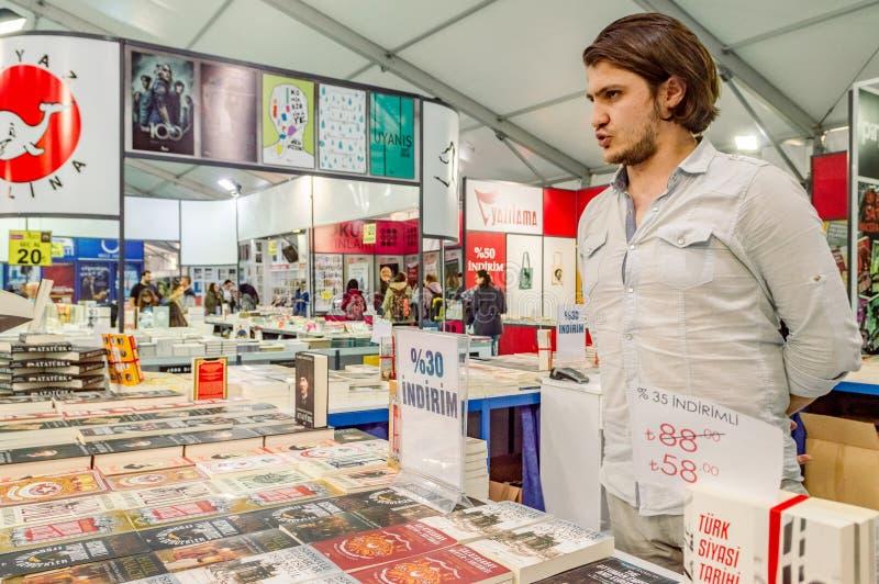 Vendedor de livro turco que está atrás do suporte em uma feira de livro em Eskisehir, Turquia imagens de stock