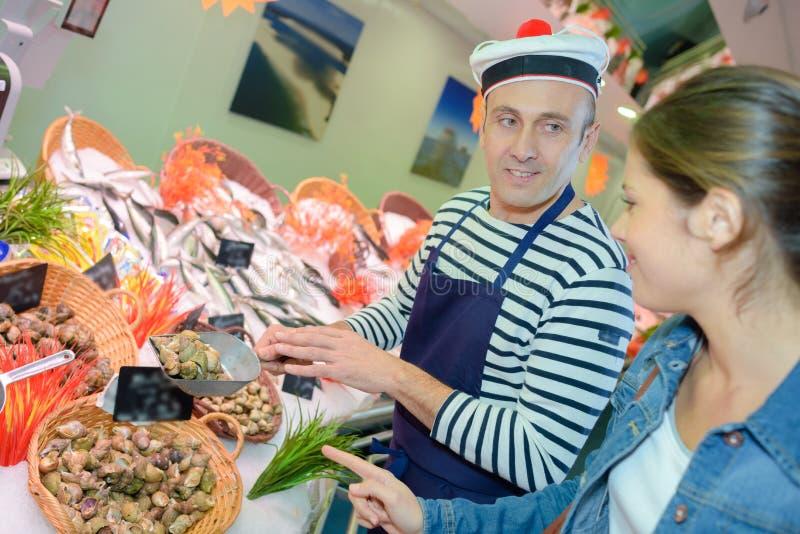 Vendedor de los mariscos que lleva el sombrero francés imagen de archivo libre de regalías