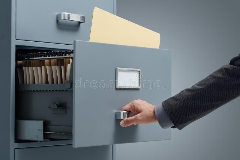 Vendedor de oficina que busca ficheros imagen de archivo for Ficheros para oficina