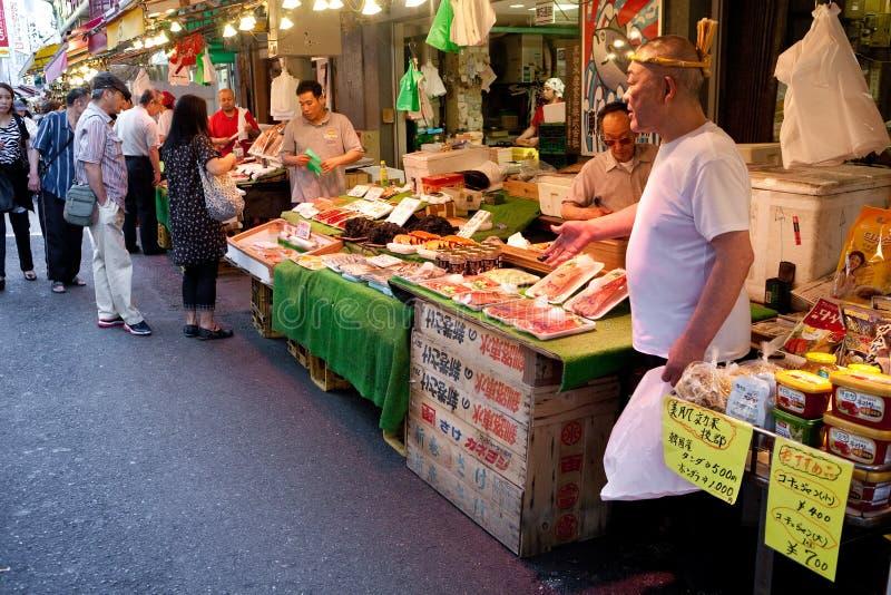 Vendedor de peixe japonês do Tóquio, Japão foto de stock