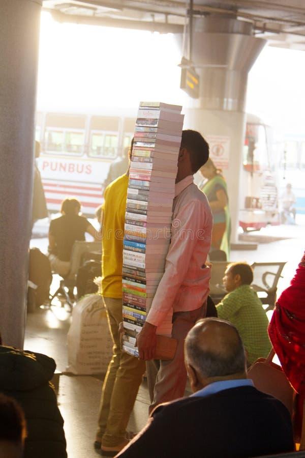vendedor de rua do vendedor de livro do vendedor ambulante na estação na multidão foto de stock royalty free