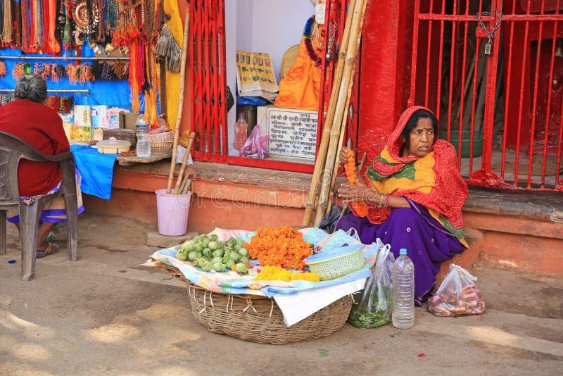Vendedor de sexo femenino colorido en Varanasi, la India fotos de archivo libres de regalías