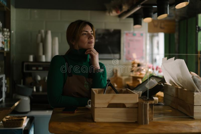 Vendedor de sexo femenino en la panadería imagen de archivo libre de regalías