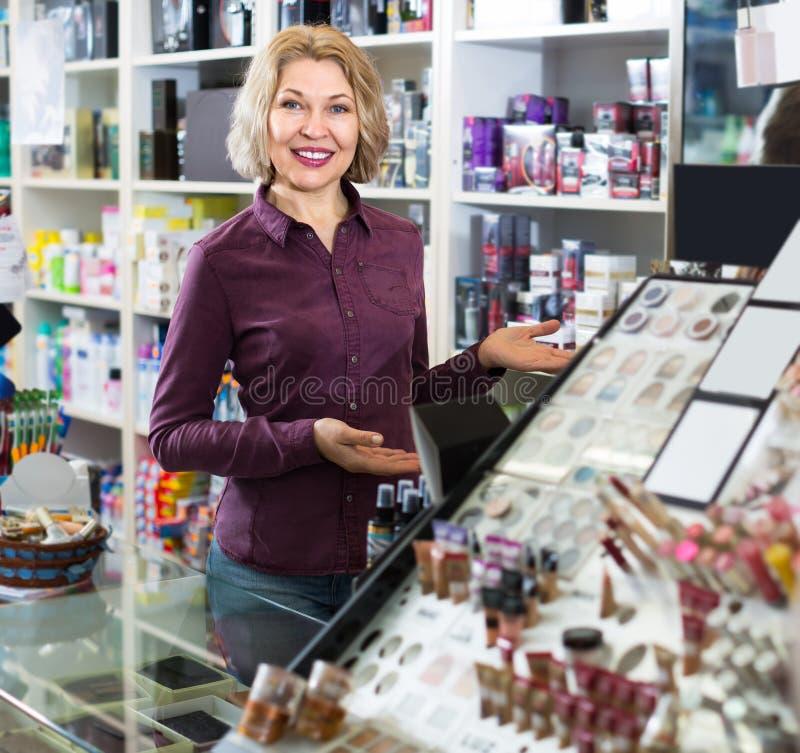 Vendedor de sexo femenino en tienda de la belleza fotografía de archivo