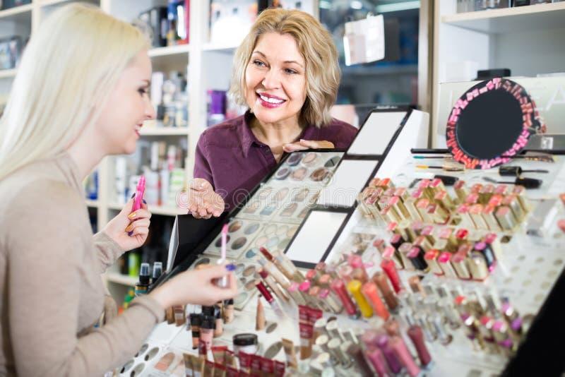 Vendedor de sexo femenino en tienda de la belleza imagen de archivo