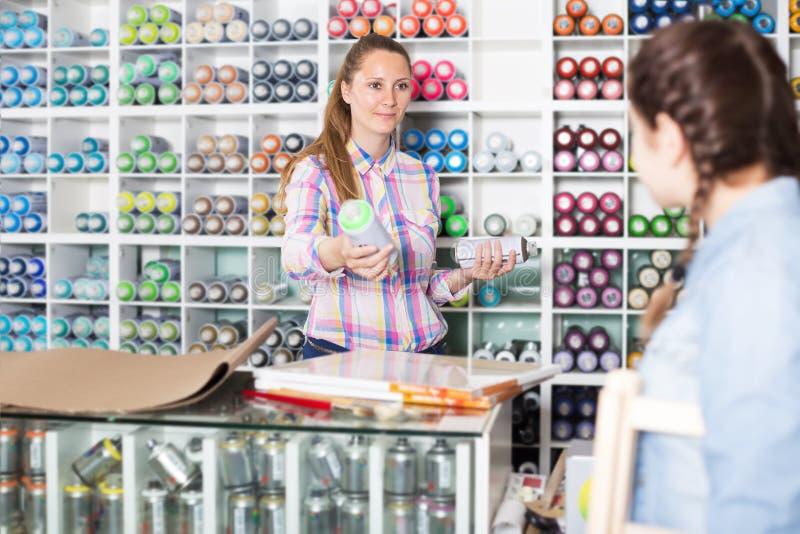 Vendedor de sexo femenino en tienda del arte foto de archivo