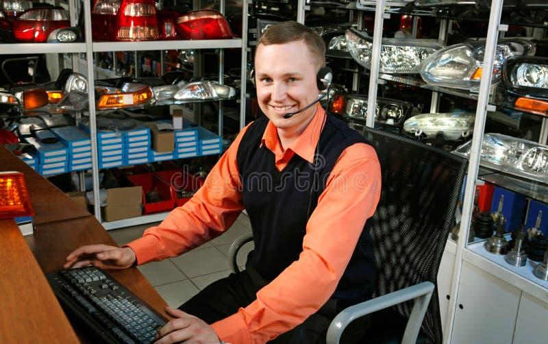 Vendedor de sorriso Auto Parts Store fotografia de stock royalty free