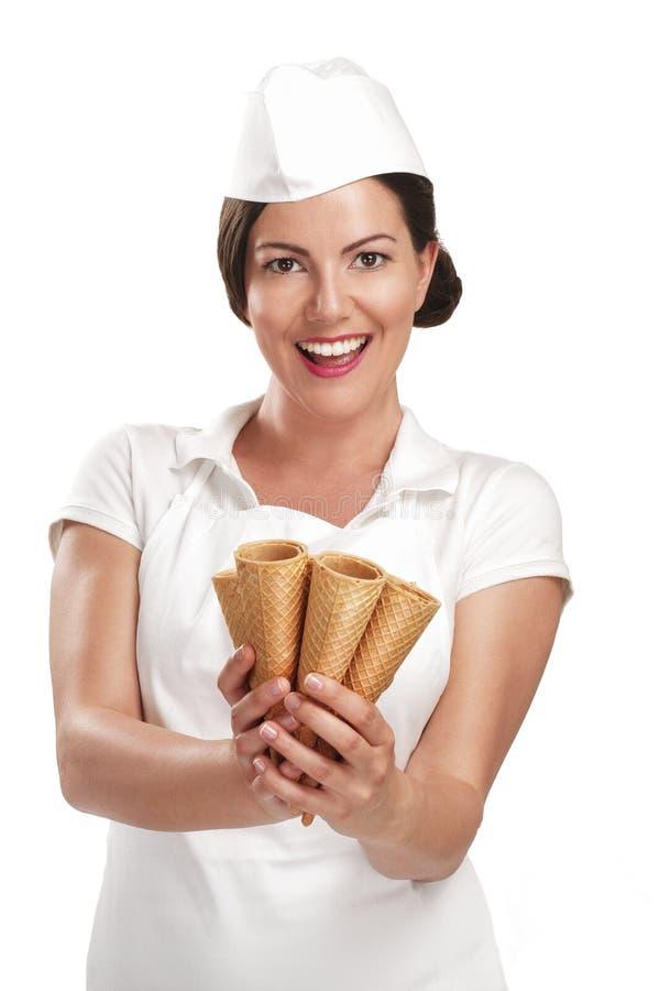 Vendedor de sorriso bonito do gelado da jovem mulher fotos de stock royalty free