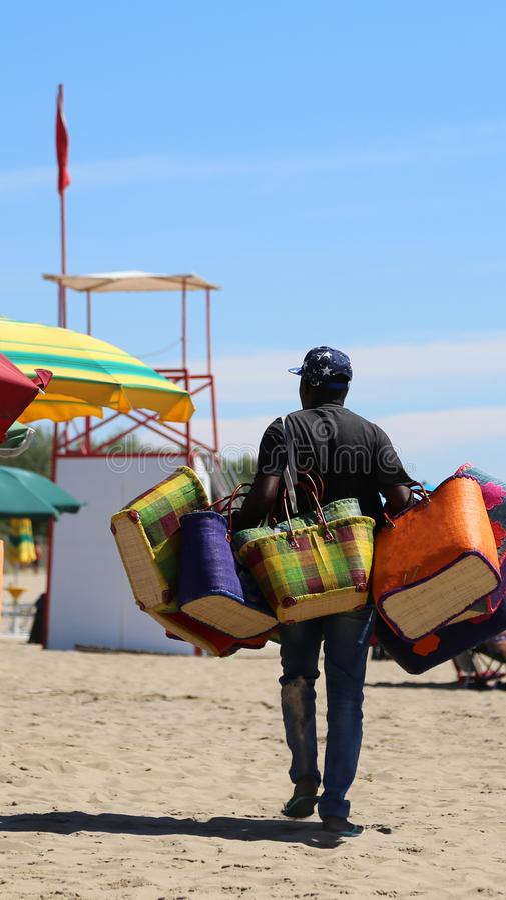 vendedor del bolso en playa del centro turístico foto de archivo libre de regalías