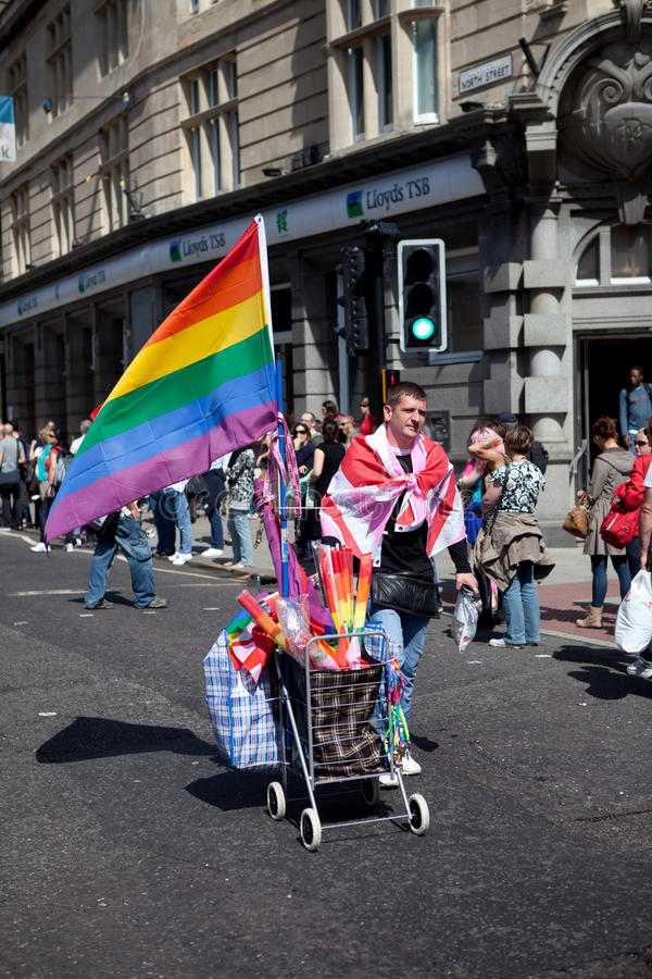 Vendedor del indicador del arco iris en el orgullo alegre 2011 de Brighton foto de archivo