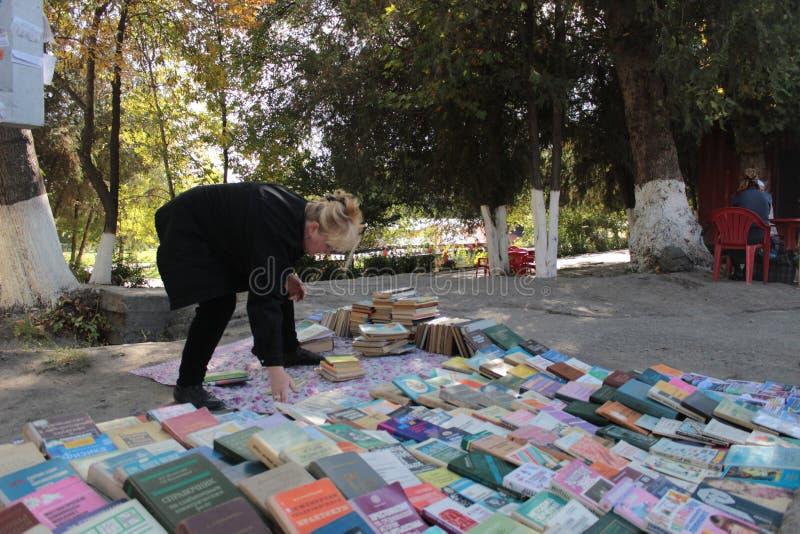 Vendedor del libro en Osh imagen de archivo libre de regalías