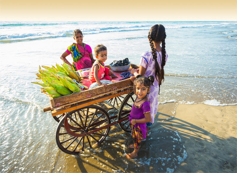 Vendedor del maíz en la playa Goa fotos de archivo
