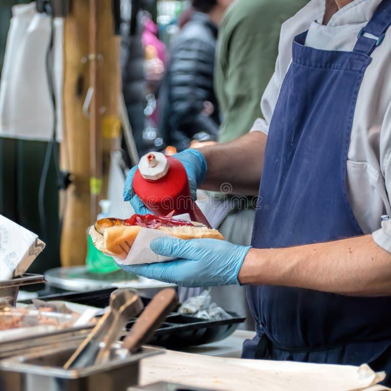 Vendedor del perrito caliente, comida de la calle fotos de archivo