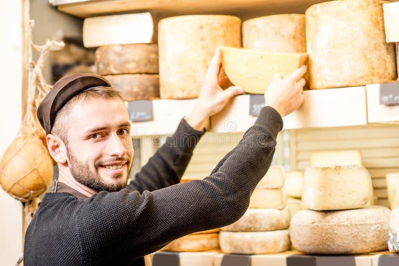 Vendedor del queso en la tienda fotografía de archivo